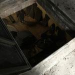 Zerschnittene Öltanks aus dem Tankraum der Schule holen