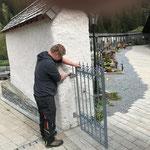 Friedhofstore einhängen