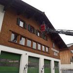 Teppiche in 2. Stock Feuerwehrhaus transportieren, mit Drehleiter FF Lech...