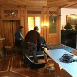 Bühnenteile für Dolmetscherkabinen aufbauen