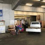 Wegebau: Wanderweg- und Loipenstangen abladen am Bauhof...
