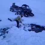 Winterwanderweg Flexenrunde Bachübergang vorbereiten