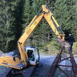 Abbau vordere Butzenbrücke: Anheben der Stahlträger für Abtransport