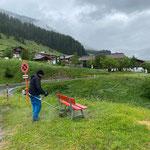 Ortsverschönerung in Zug, Spazierwegbänke ausmähen