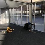 Teppich fertig legen in Vulcano-Beizelten