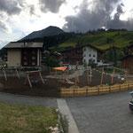 02. Juli: Weiterführung Montage Spielgeräte und Sonnensegel durch Polier Erich und Team Aquamühle