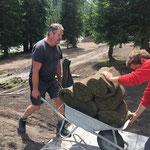Mithilfe beim Rollrasen verlegen, Waldbad