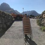 Stuhlrücktransport ins Lager sport.park von Philosophicum-Veranstaltung im Heizwerk Lech, mit Unimog 1600 und Containerhänger
