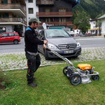 Rasenmähen beim Gemeindeparkplatz