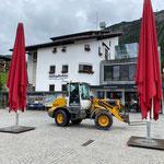 Schirme positionieren für Tannbergmarkt Rüfiplatz