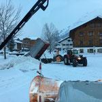 Steyr 6190 CVT mit Hängerfräse, Schneecontainer kippen am Schlosskopfparkplatz
