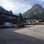 Schulplatz kehren mit Lader 509 und Kehrmaschine