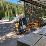Steinplatten abladen Baustelle Waldbad, mit Lader 509