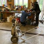 Elektro-Rasenmäher-Reparatur in der Werkstatt