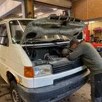 Reparaturarbeiten am VW T4