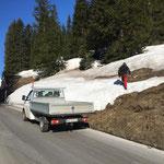 Schneestangen und Bestandteile einsammeln Ortsgebiet