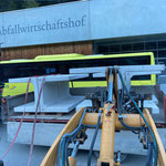 Verladen der restlichen Betonelemente für Beckenabdeckung am Bauhof...