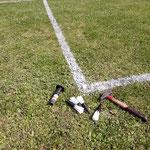 Markierungspinsel setzen und Fußballplatzpflege