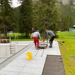 Waldbad Lech:  Betonelemente setzen für Poolabdeckungen