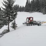 Schnee abschieben für Lawinensicherheit Winterwanderweg, mit Snow Rabbit 3 bei Bernhard's Alpstall