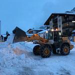 Morgendliche Schneeräumung mit Lader 524...