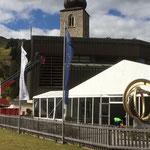 Verdunkelungen Kirchenfenster mit Drehleiter FF Lech entfernen