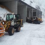Heizwerk Zug füllen mit Lader 550 und Schneeräumung mit Lader 509