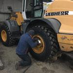 Lader 524, defekten Reifen demontieren