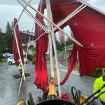 Unwetterschaden Veranstaltung sport.park.lech, kaputten Schirm abtransportieren