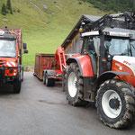 """""""Übergabestation"""" Transport der abgetragenen Betonbeete - Rückbau Pflanzgarten."""