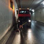 Dreckhaufen entfernen nach Tunnelwäsche in Oberlech
