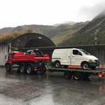 Feuerwehr Übungsautos zur Verschrottung transportieren