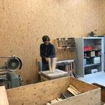 Grillholz spalten in der Tischlerei