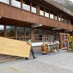 Sanierung Neue Mittelschule, Mithilfe Eingangsbereiche neu