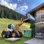 Dachdecker unterstützen Gasthaus Älpele, mit Lader Heizwerk Zürs