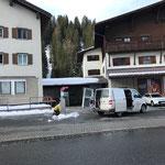 Winterwanderwegschilder stellen bei der Postgarage