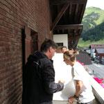 Umzug Musikschule, Kästen für Transport mit Kran auf den Balkon bewegen