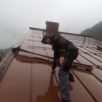 Begutachtung Schaden Dach Gemeindeamt, mit Drehleiter FF Lech