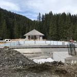 Die Arbeiten der Beckenmonteure am Aquafit- und Sportbecken schreiten voran