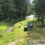 Rasenmäharbeiten im Schwimmbad