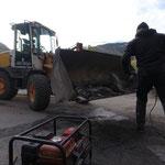 Tagwasser-Reparatur Gasse: alte Randsteine von Alt-Beton freischremmen...