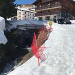Wegepflege in Oberlech, Netze aufstellen am Burgplateau