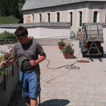 Blumenpflege am Kirchplatz