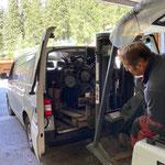 Unimog 1600 - Motor für Reparatur verladen