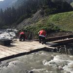 Wiesele-Brücke Wiederaufbau - Beplanken der Stahlträger