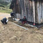 Skiweltcup Zürs, versetzte Hütte: Mithilfe bei Spenglerarbeiten