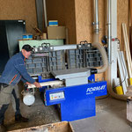 Wegemarkierungspflöcke vorbereiten in der Tischlerei