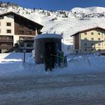 Buswartehütte Zürs von Schnee und Eis befreien