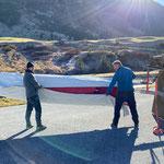 Schutzhüllen aufziehen, LZTG-Sonnenschirme beim Skatepark