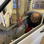 Reparaturarbeiten an der VW Plane
